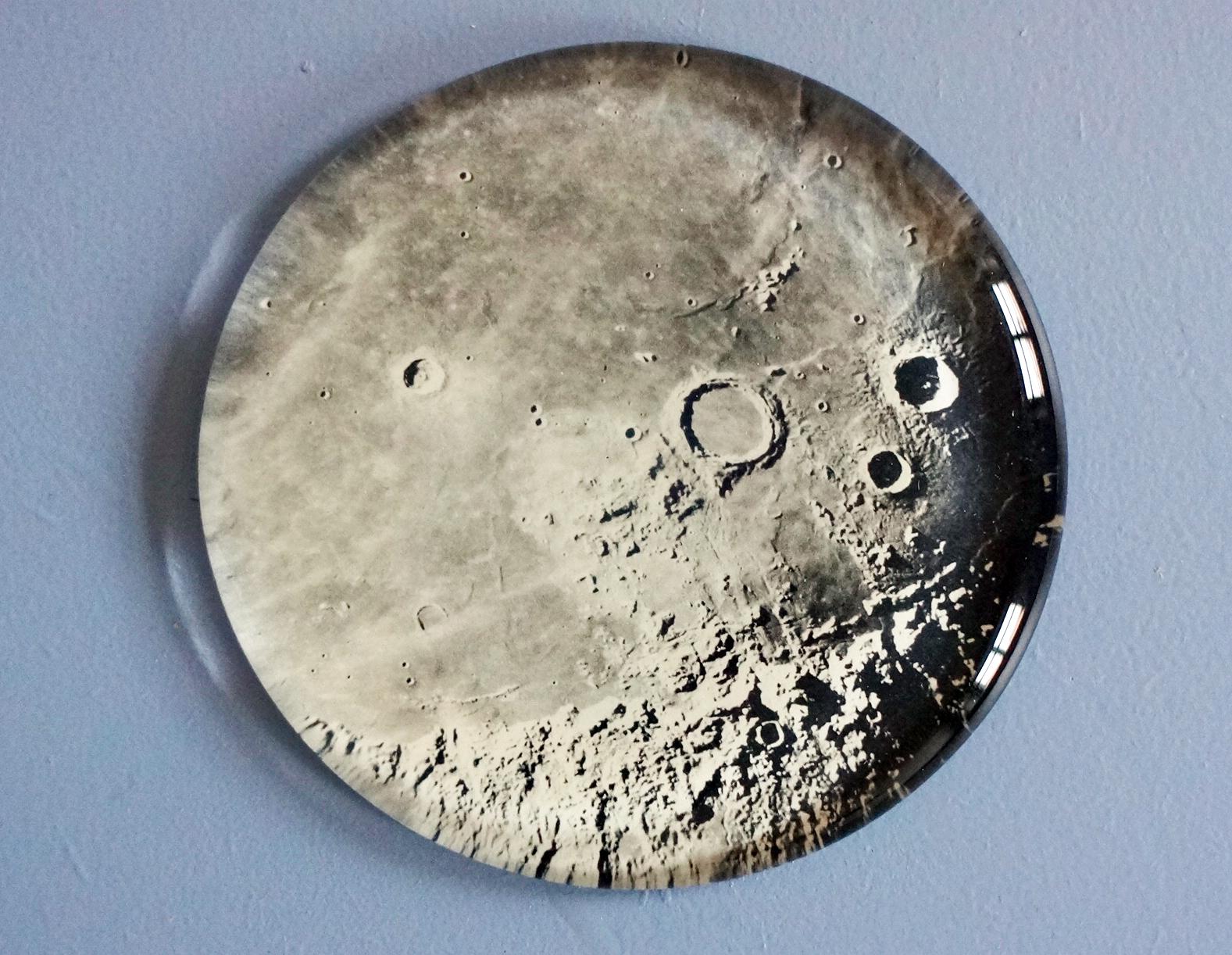 Källan, månen, detail (2016). Glas, papper, MDF. 10x10x1,5 cm. @Hillevi Berglund bildupphovsrätt (2017).