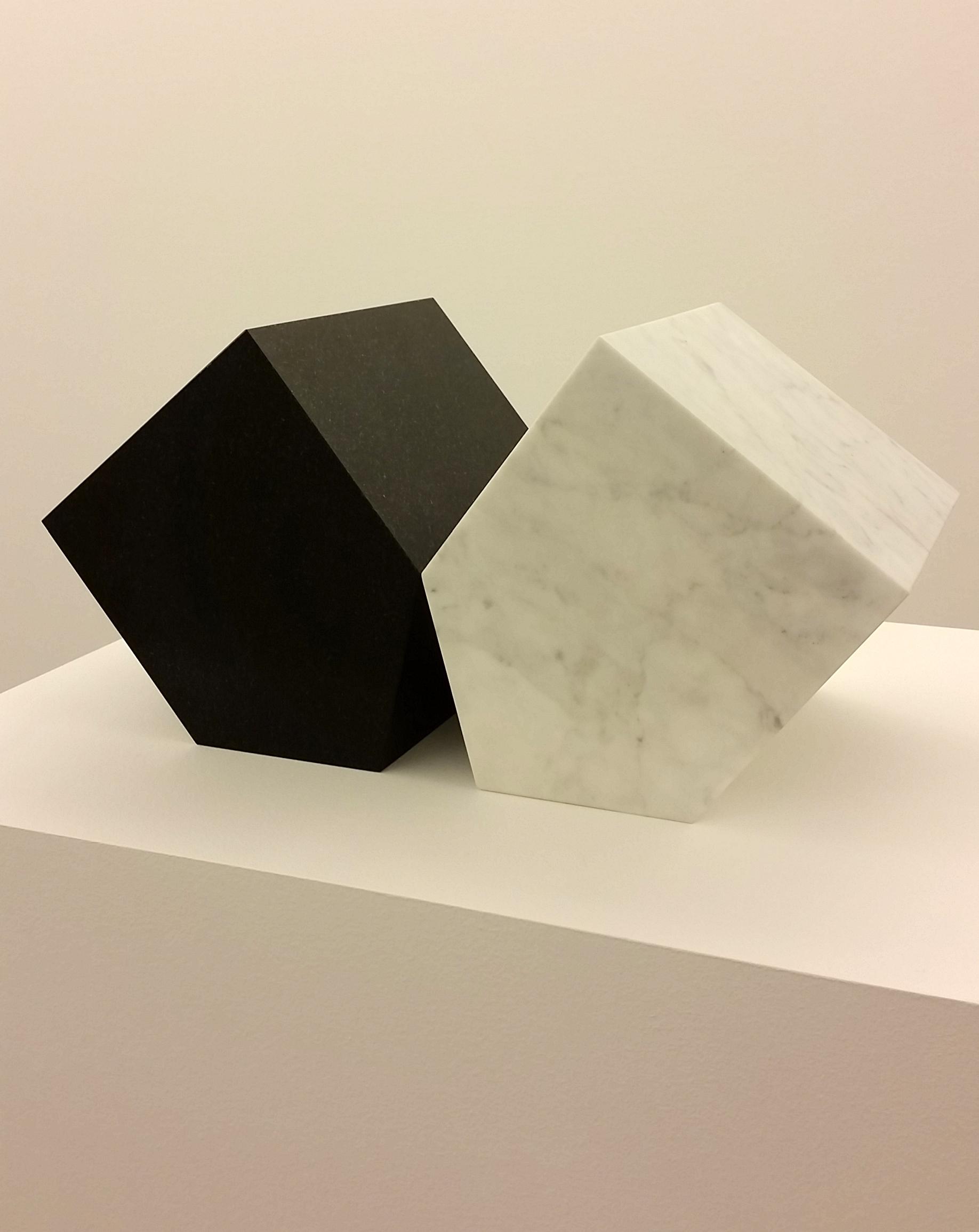 Hushåll (2014), diabas och marmor, 45x19x17cm). ©Hillevi Berglund / Bildupphovsrätt (2017).